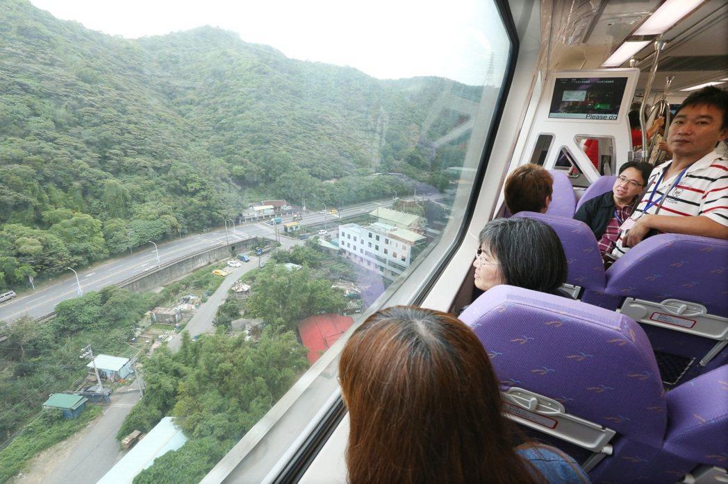 機場捷運林口泰山爬坡路段超過十層樓高被戲稱為雲霄飛車。圖/聯合報系資料照