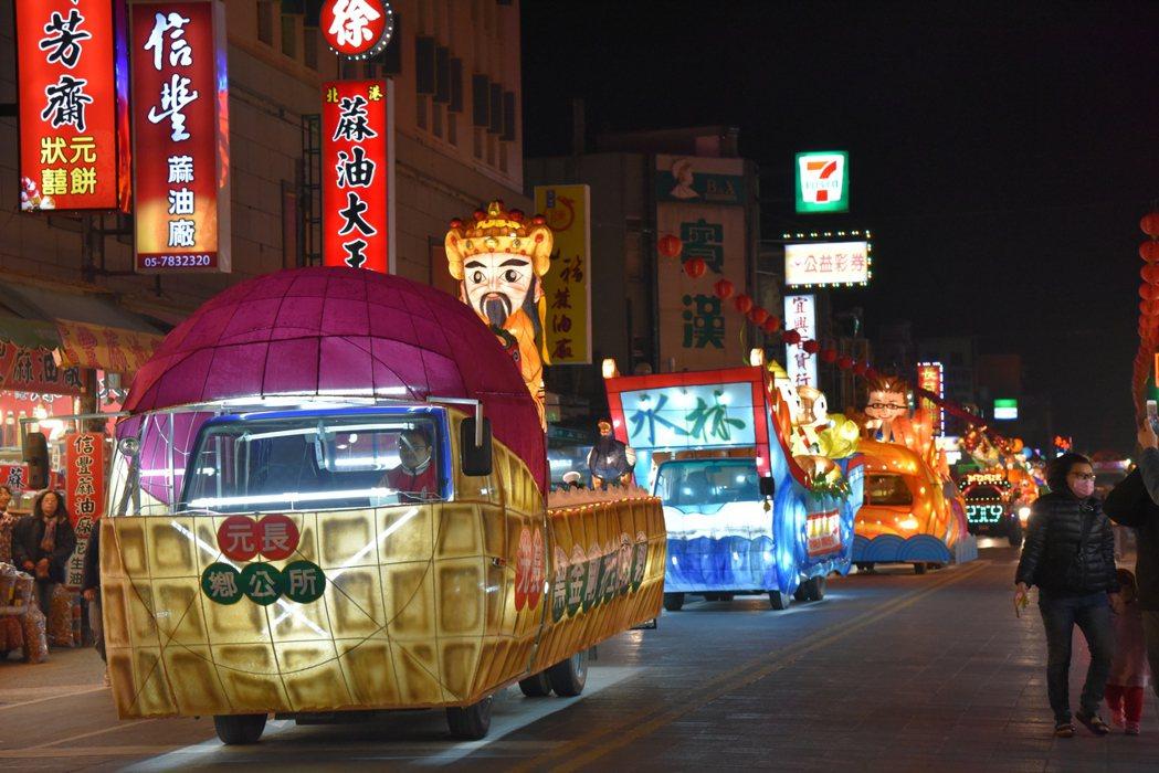 2017台灣燈會在雲林,由各鄉鎮以在地特色打造的花燈車四處遊行,為即將開幕的燈會...