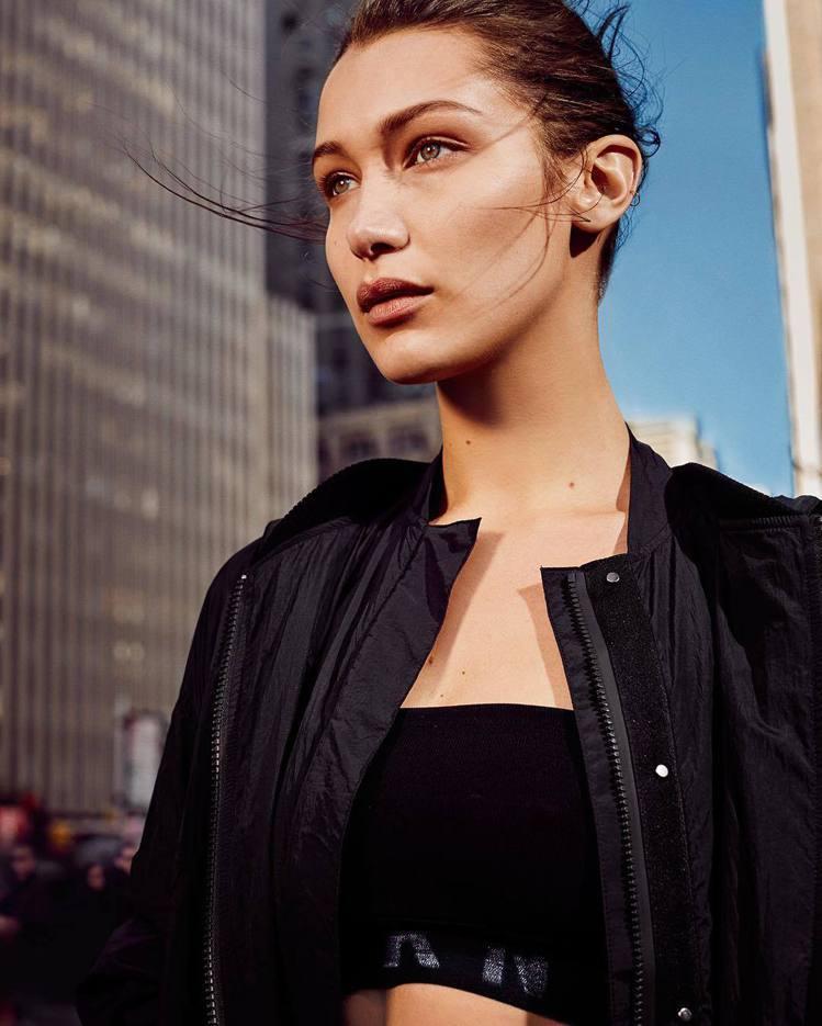 貝拉哈蒂德擔綱DKNY 2017春夏形象廣告代言人。圖/取自品牌IG