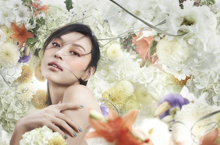 以日本傳統花卉「和花」為靈感的限量春季彩妝。圖/SUQQU提供