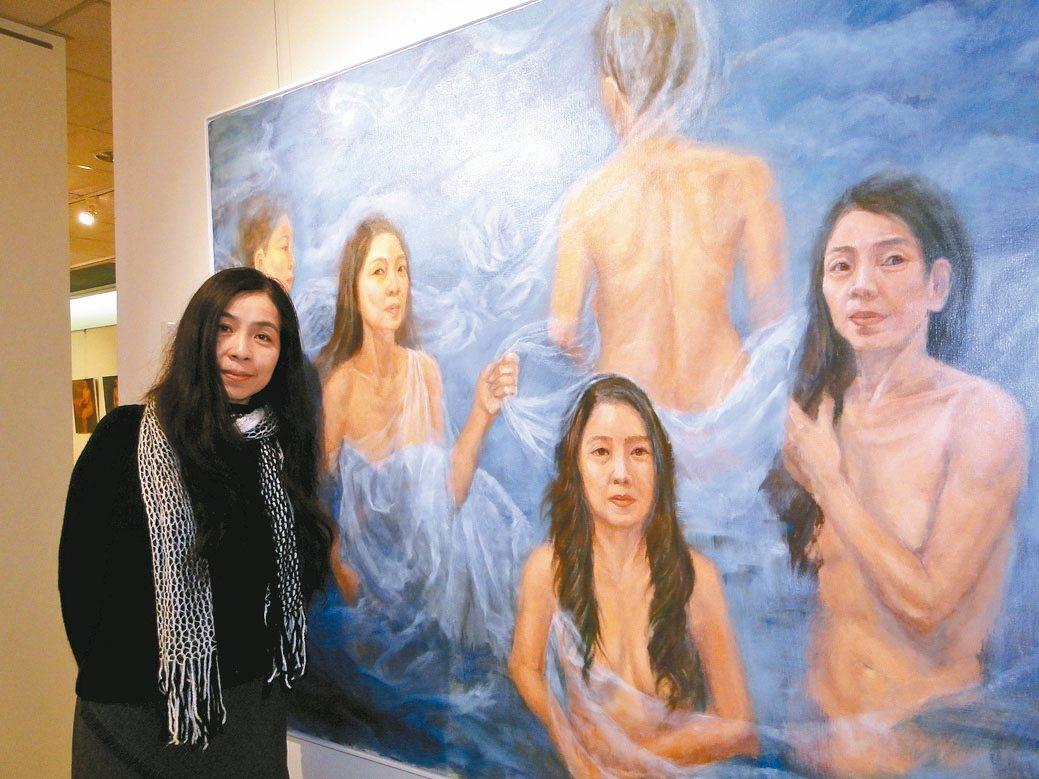 畫家趙珮瑩站在自己的裸畫前,說明創作意涵。 記者范振和/攝影