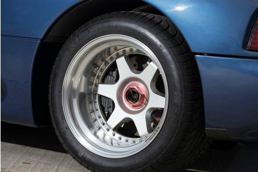 既然是為了 Jaguar 洲際挑戰賽(Jaguar Intercontinental Challenge)所量身打造的性能跑車,自然少不了單體式快拆輪框組。 摘自 Classic Driver