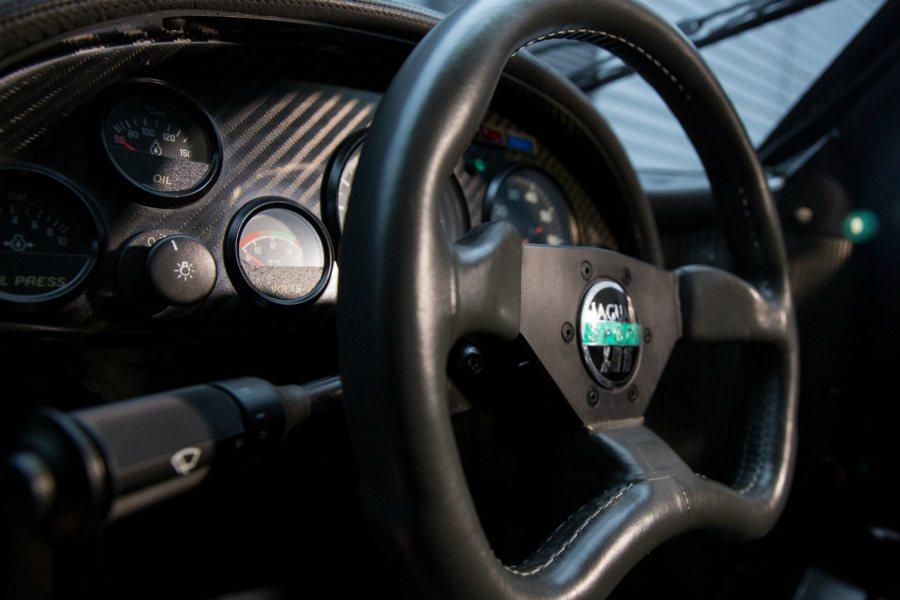 這部拍賣的 XJR-15 不論是方向盤、輪框、儀表都維持原汁原味。而早期三幅凹底方向盤更是熱血經典。 摘自 Classic Driver