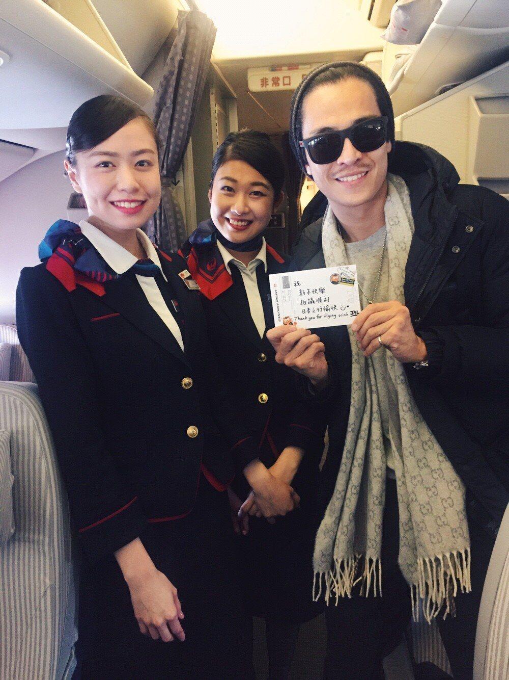 Gino日前過生日,在飛機上空姐寫生日賀卡。圖/民視提供