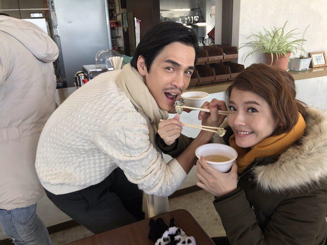 Gino、王樂妍主演「我的老師叫小賀」赴日本宮城、岩手取景,拍戲之餘吃牡蠣。圖/...