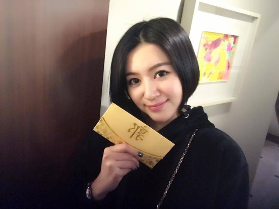 李妍憬曬出紅包照,卻被酸民問靴子買了沒。圖/摘自李妍憬臉書