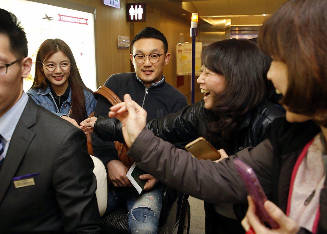 韓星金裕貞中午搭乘KE-691班機抵台,粉絲們衝上前跟金裕貞握手,金裕貞雖然有些...