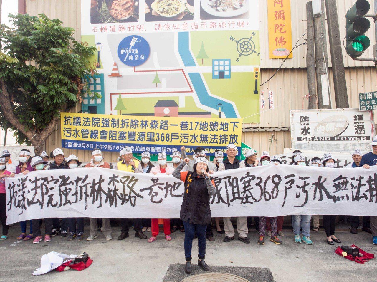 屏東縣議員蔣月惠(中)今天率領當地里民前往林森路一巷抗議。記者林良齊/攝影