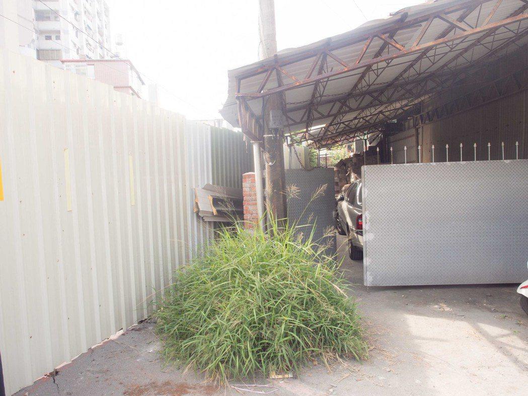 屏東市林森路一巷一旁的車庫涉嫌竊佔公有地。記者林良齊/攝影