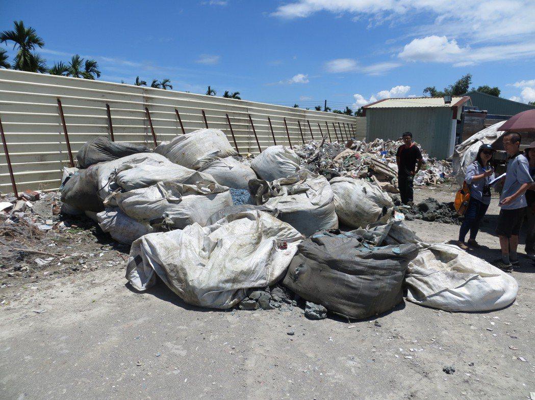 屏東地檢今天起訴涉嫌在屏東里港某處地上傾倒有毒廢棄物的業者。記者林良齊/翻攝