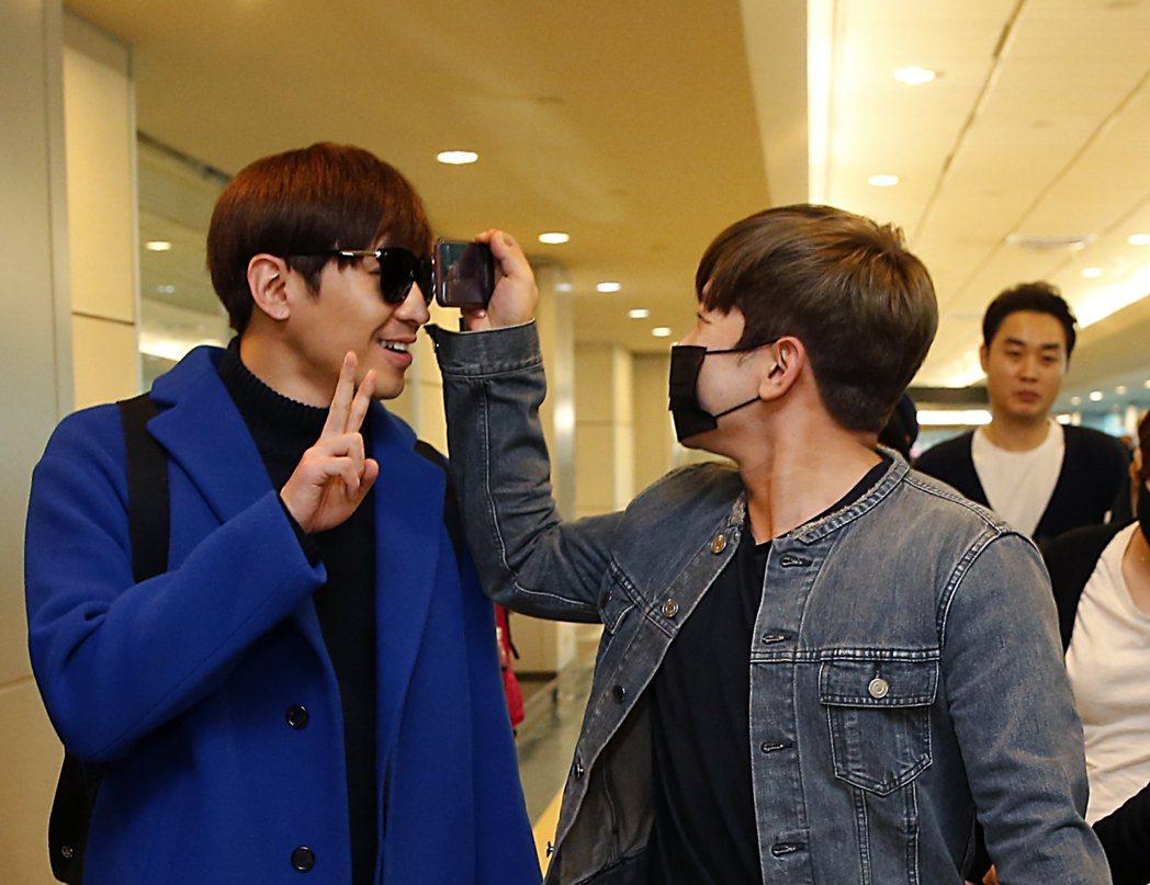 韓國最長壽的偶像團體「神話」下午抵達桃園機場,團員們玩起互相拍照的遊戲。記者鄭超...