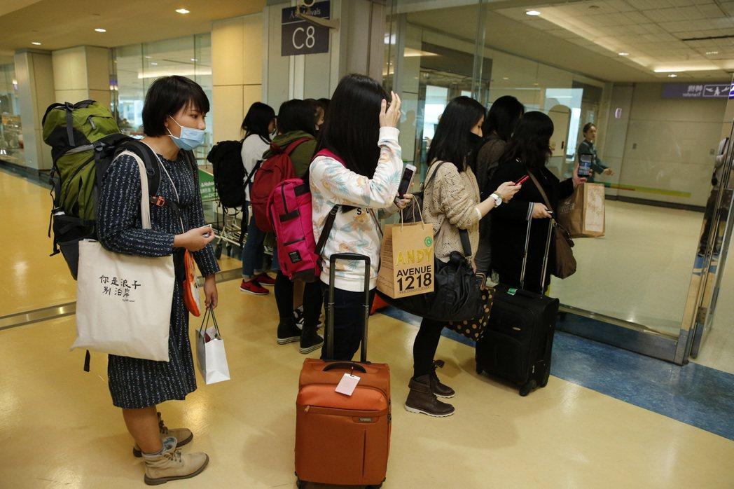 韓國最長壽的偶像團體「神話」下午抵達桃園機場,他們還沒下飛機,就有人30位來自中...