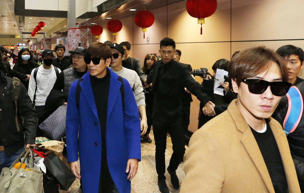 韓國最長壽的偶像團體「神話」下午抵達桃園機場。記者鄭超文/攝影