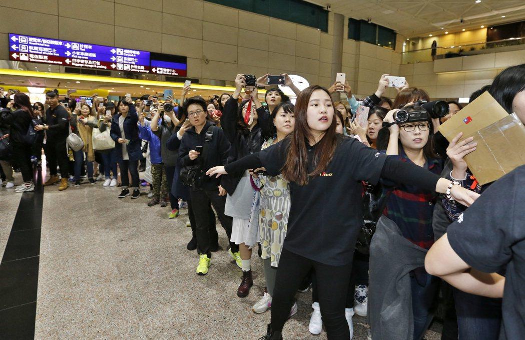 韓國最長壽的偶像團體「神話」下午抵達桃園機場,入境大廳的百位粉絲被經紀公司的工作...