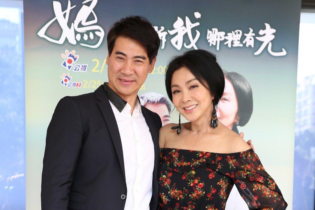 陳美鳳(右)與翁家明演出公視人生劇展「媽,告訴我哪裡有光」。記者陳瑞源/攝影