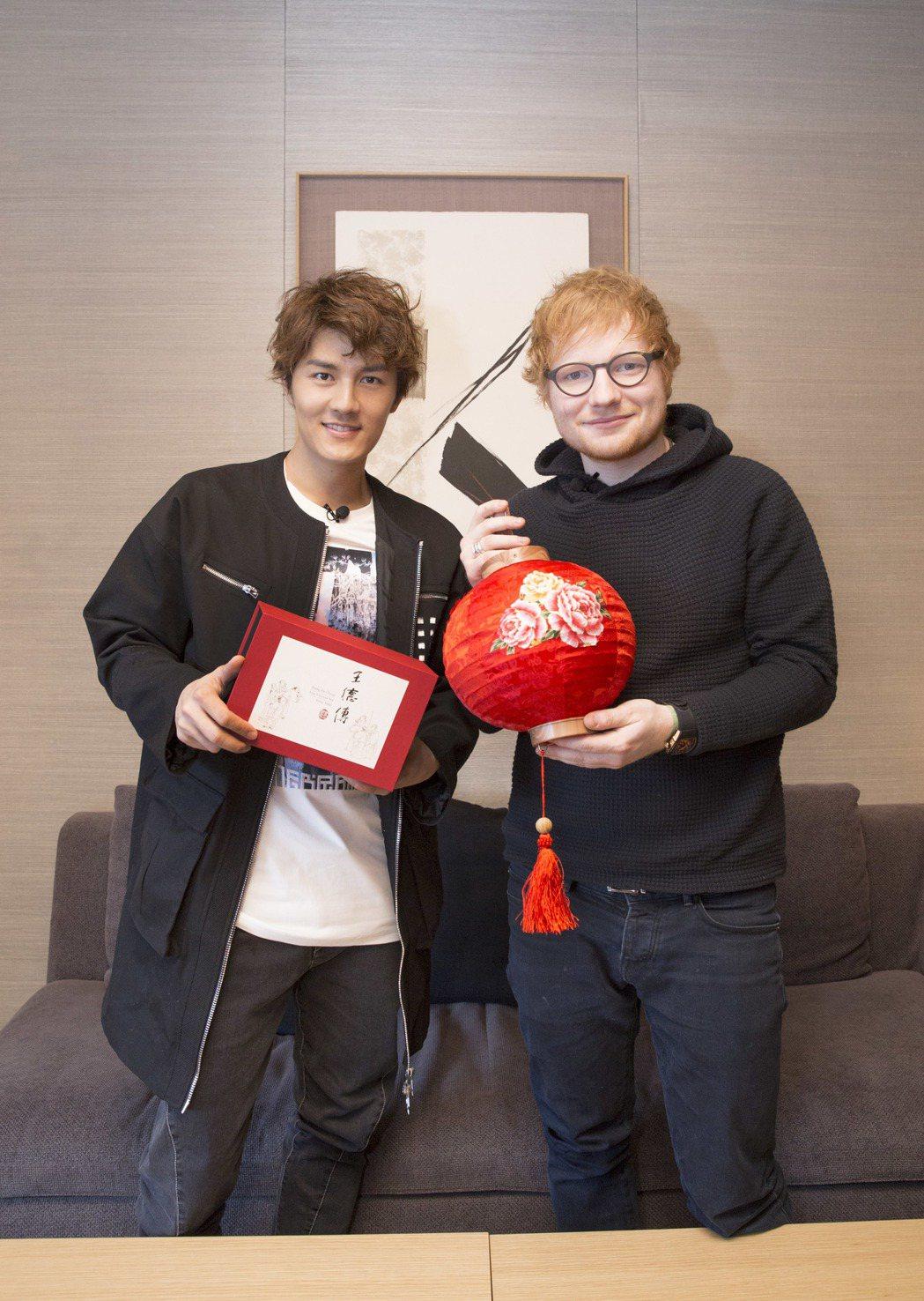 吳克群(左)送上燈籠給紅髮艾德。圖/華納音樂提供