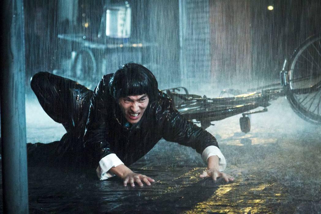 藍正龍為演好「大釣哥」,在大雨中冒險騎車。圖/華聯提供