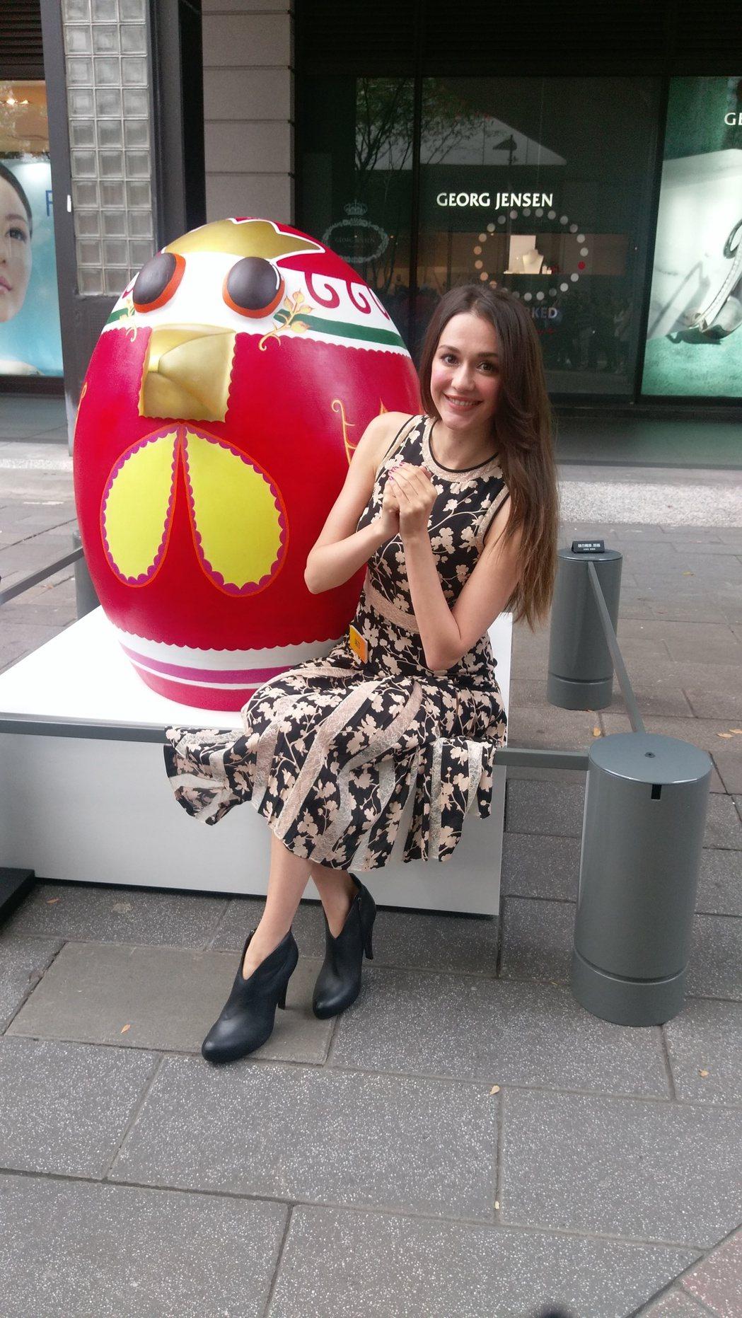 瑞莎與創作作品「春暖花開」。記者江佩君/攝影
