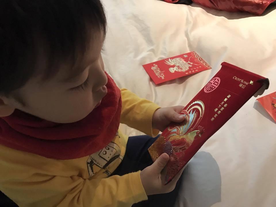 麻衣兒子手上的紅包頗有厚度。圖/摘自麻衣臉書