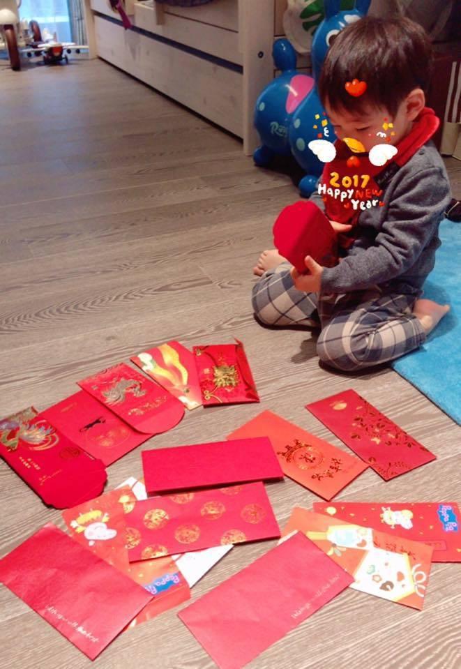 麻衣兒子拿到超多紅包。圖/摘自麻衣臉書