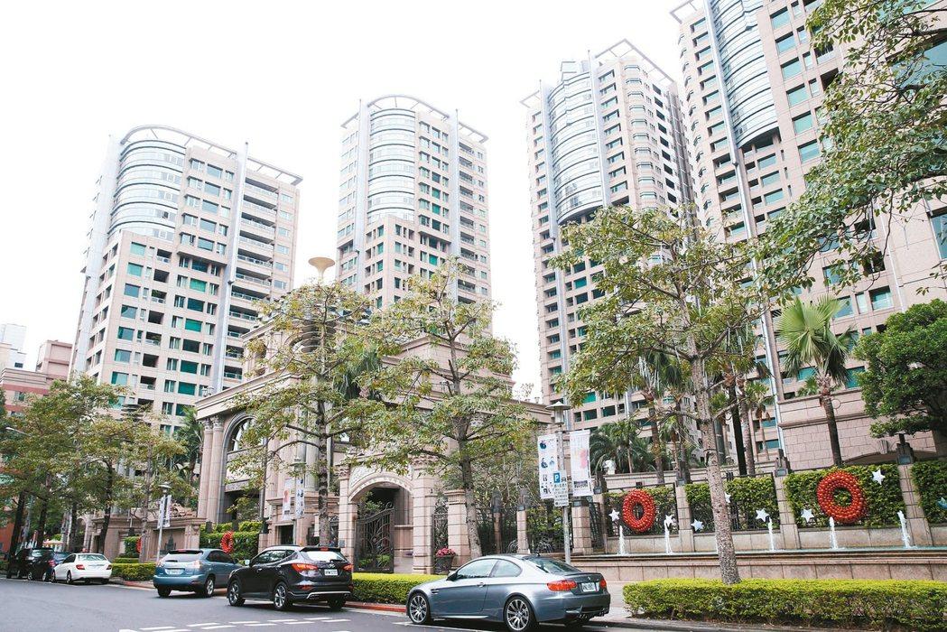 知名豪宅「仁愛帝寶」以每坪434.7萬元蟬聯住宅地王寶座。 報系資料照