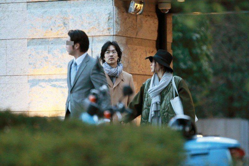 堺雅人和菅野美穗跟著房仲看房。圖/摘自FRIDAY