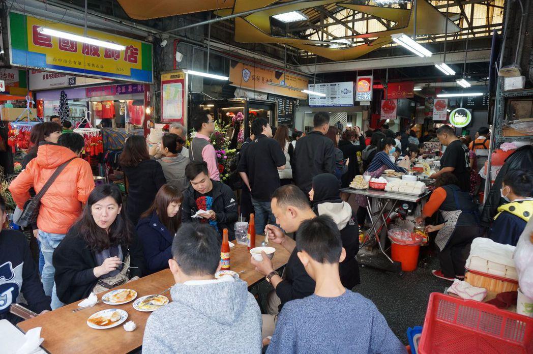 台中第二市場走過百年,依然充滿活力,小吃美食吸引客人。記者洪敬浤/攝影