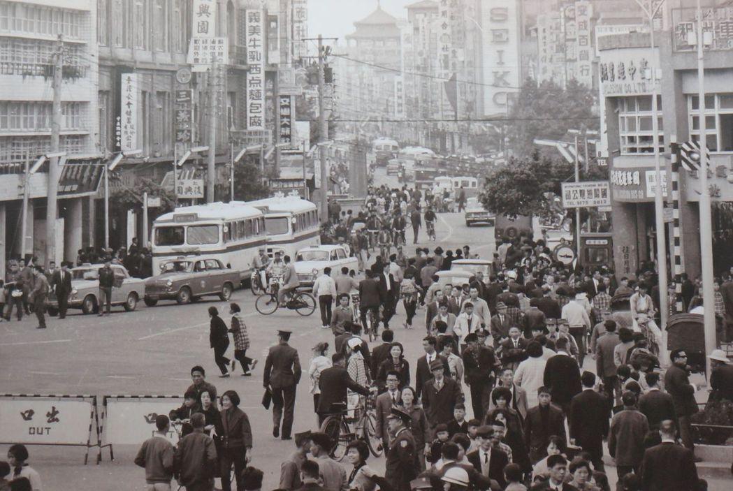 台中第二市場走過百年,推出老照片展;圖為1950年代台中火車站前人潮。記者洪敬浤...