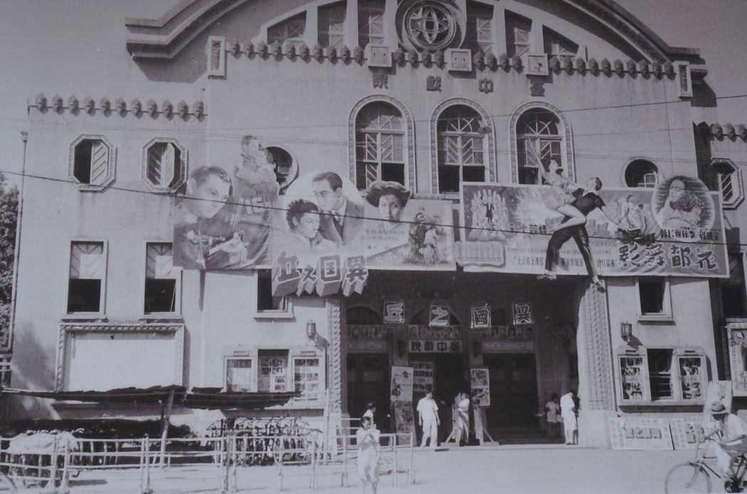 台中第二市場走過百年,推出老照片展;圖為1950年代台中戲院。記者洪敬浤/翻攝(...