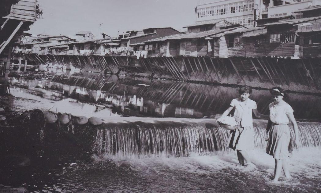 台中第二市場走過百年,推出老照片展;圖為1950年代柳川原始風貌。記者洪敬浤/翻...