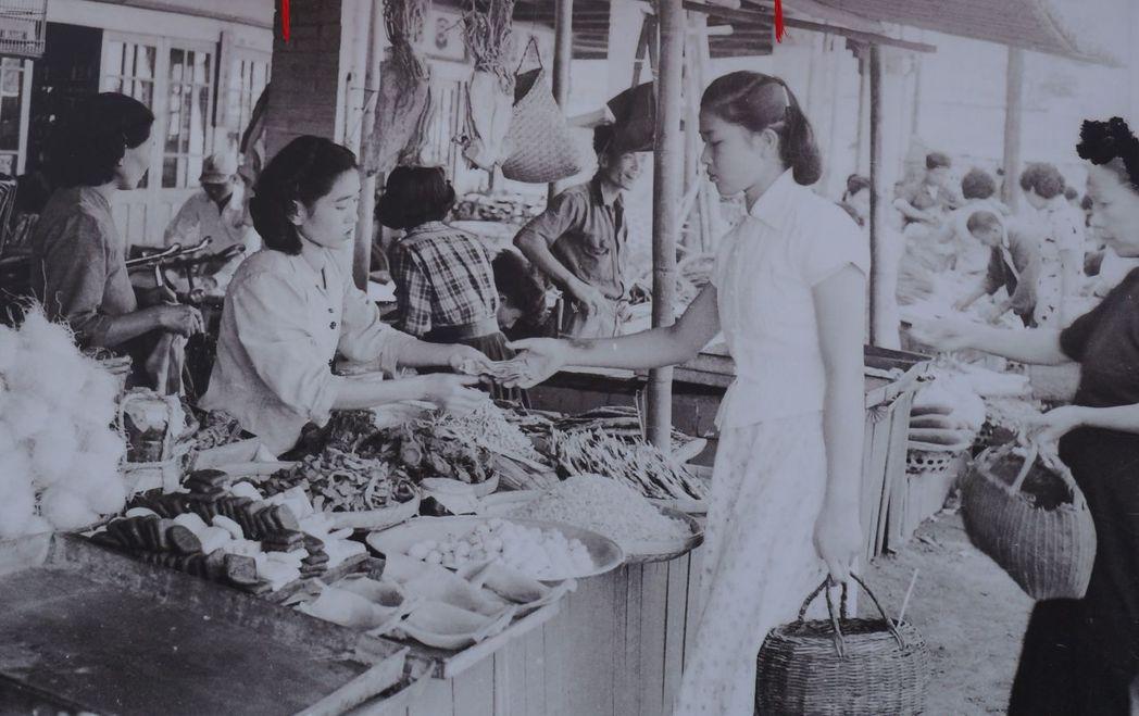 台中第二市場走過百年,推出老照片展;圖為1950年代市場年節採買場景。記者洪敬浤...