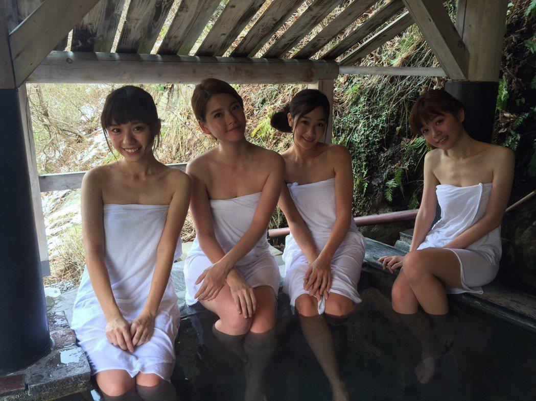王樂妍(左二)率學生們陳芊羽(左起)、邱子芯、陳怡溱拍泡湯戲。圖/民視提供