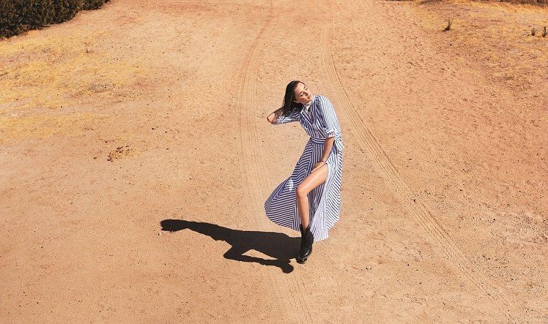 條紋襯衫洋裝洋溢度假風情的清爽。圖/MARELLA提供