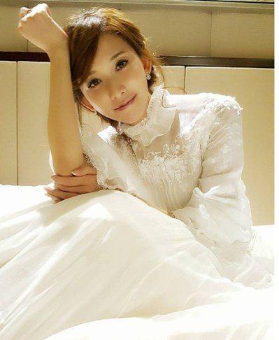林志玲在自己的IG上秀出白色婚紗照,讓影迷送上祝福。圖/取自於IG