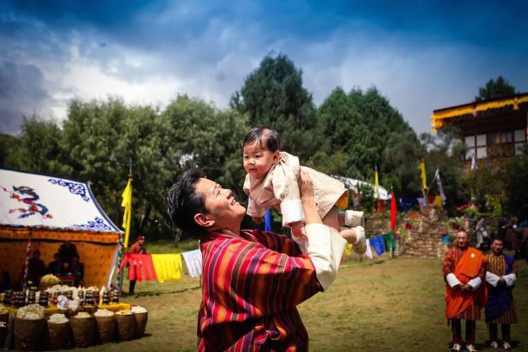 不丹國王旺楚克把小王子吉格梅抬高高。圖/摘自His Majesty King J...