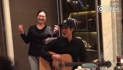 王力宏自彈自唱,徐媽媽在旁伴舞。圖/摘自汪小菲微博