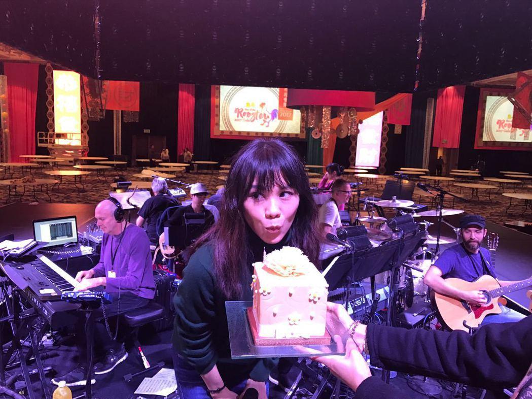 蔡健雅生日在賭城工作,獲團隊送上驚喜生日蛋糕。圖/水晶共振提供