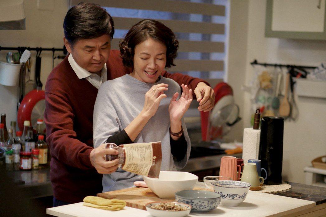 賀一航(後)、柯淑勤在「酸甜之味」中演夫妻。圖/TVBS提供