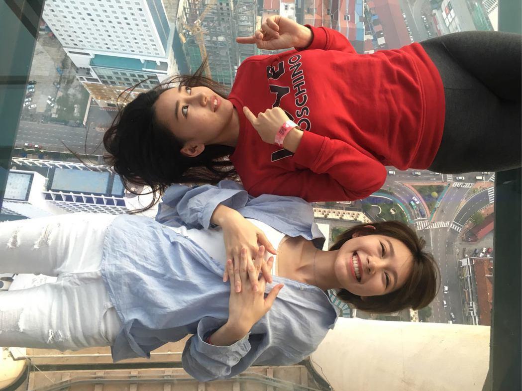 林明禎(下)和姊姊一起登上Komtar大廈66層樓高的頂樓,躺在玻璃景觀台上拍照...