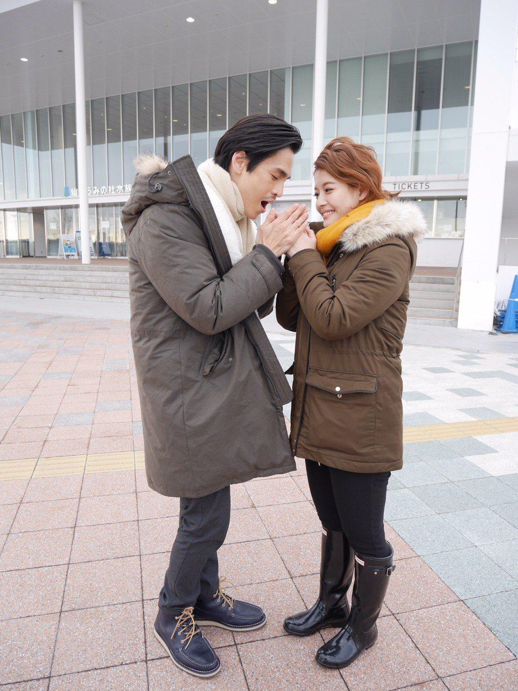 王樂妍、Gino為「我的老師叫小賀」到仙台水族館取景上演談情說愛戲。圖/民視提供