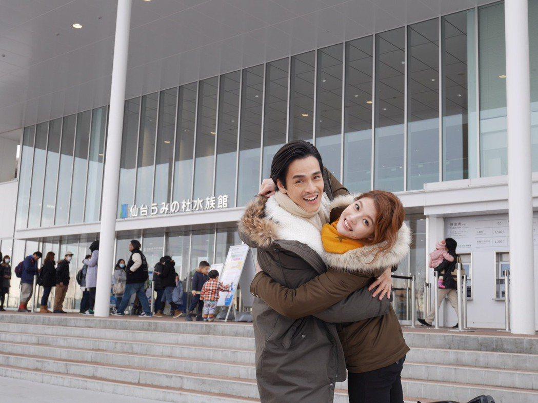 王樂妍、Gino為「我的老師叫小賀」到仙台水族館取景。圖/民視提供