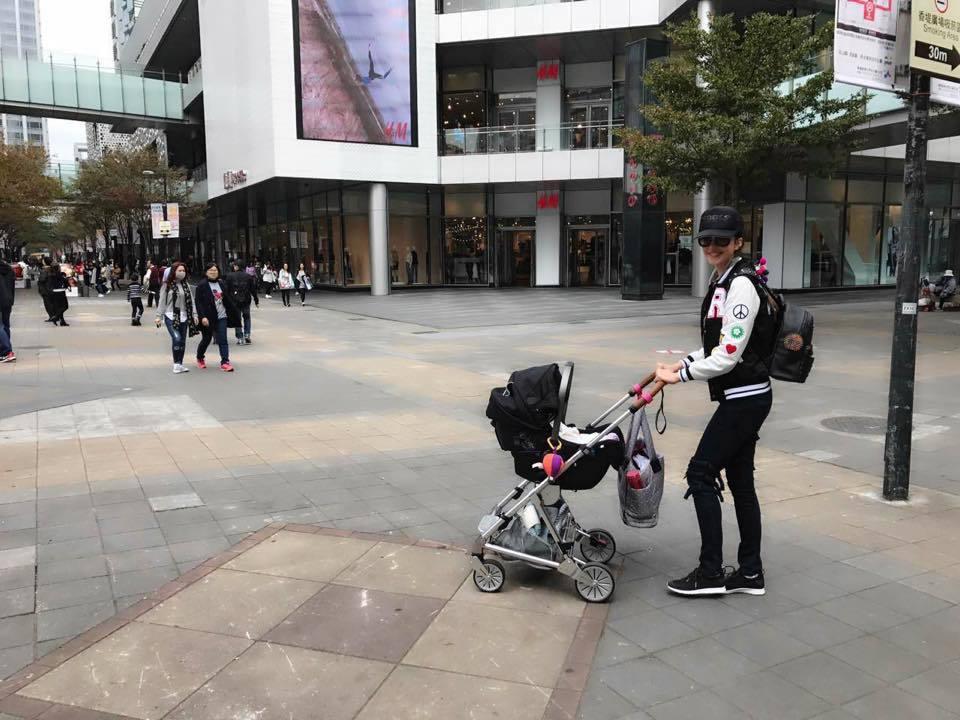 瑞莎帶女兒Nika到信義區看雞年裝置藝術。圖/摘自瑞莎Larisa Facebo