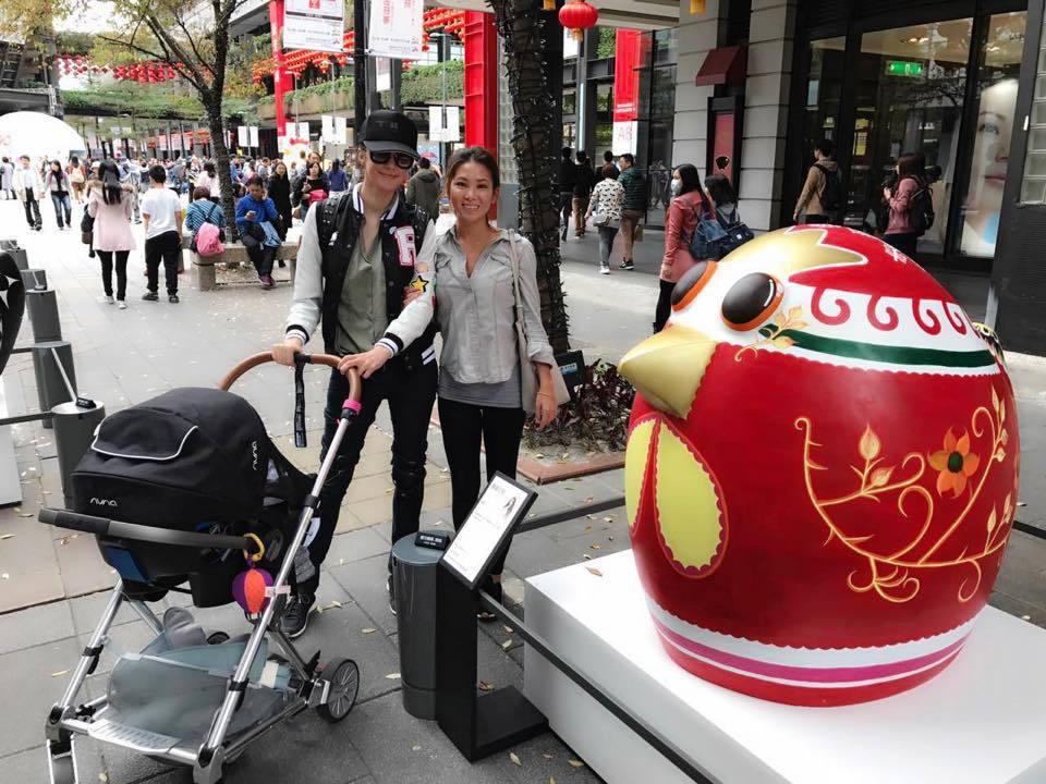 瑞莎帶女兒Nika到信義區看雞年裝置藝術。圖/摘自瑞莎Larisa Facebo...