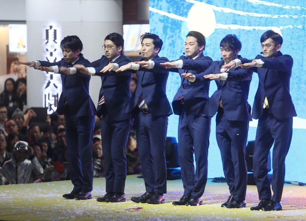 日本知名舞團WORLD ORDER參加臺北燈節開幕式。記者許正宏/攝影