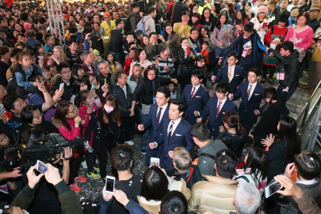 日本知名舞團WORLD ORDER參加臺北燈節開幕式,他們以招牌動作穿越人群,直...