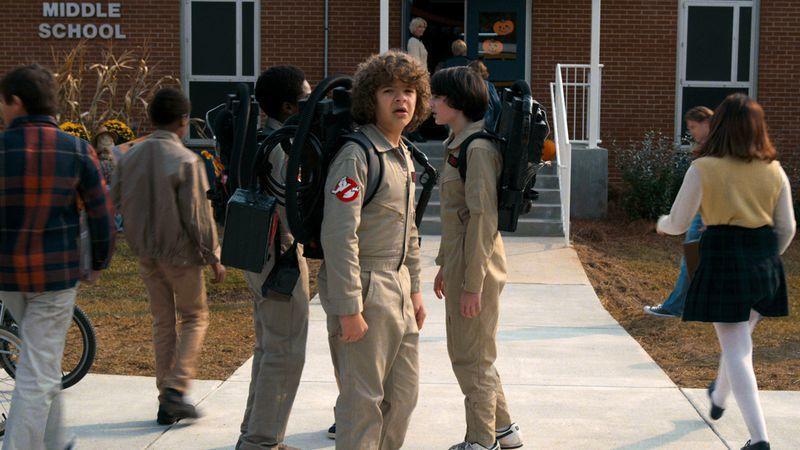 「怪奇物語」第2季中,主角們穿上「魔鬼剋星」制服。圖/摘自EW