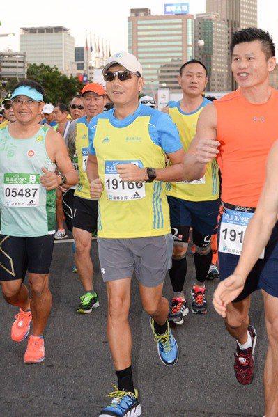 富邦金董事長蔡明忠(中)連三年參加台北馬拉松半馬松賽事,不斷刷新自己的紀錄。 圖...