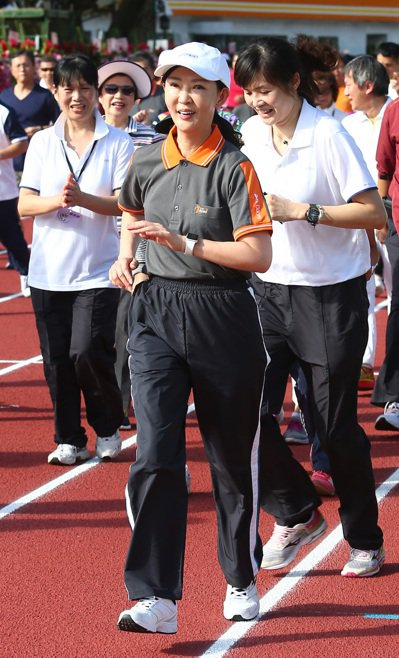 台塑集團總管理處總經理王瑞瑜(中)天天健走。 報系資料照