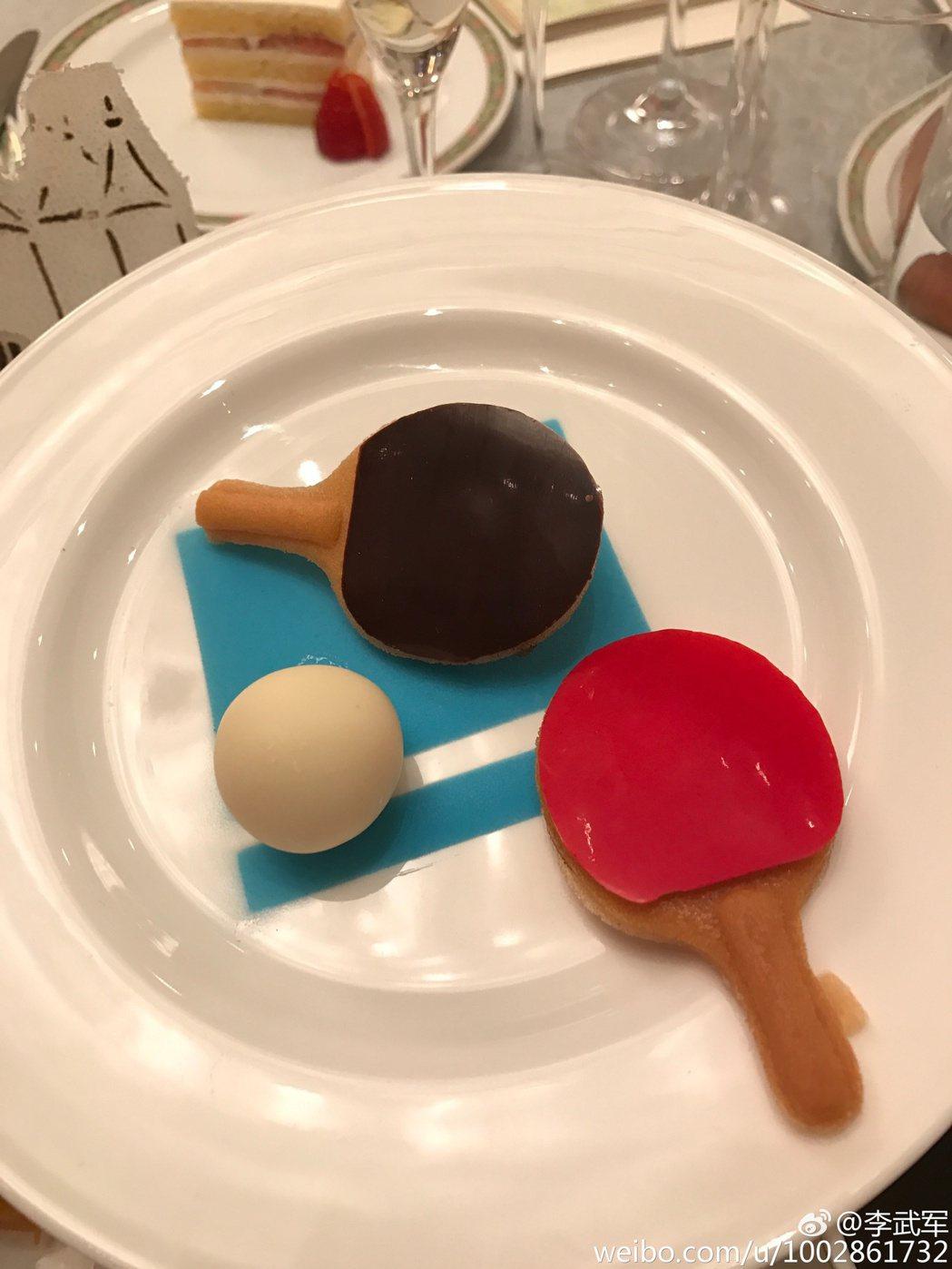 婚宴上甜點禮物盒中,是翻糖做的乒乓球拍與球。 圖/擷自微博。