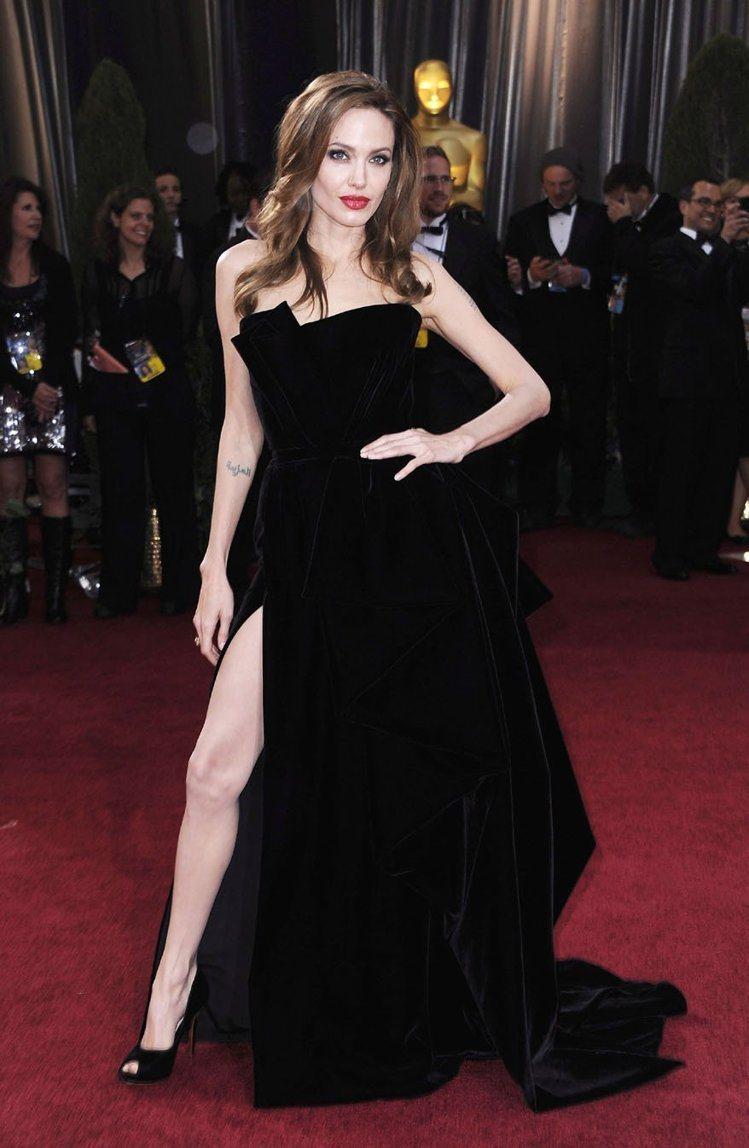 安潔莉娜裘莉前幾年在奧斯卡典禮上身穿一襲黑色Atelier Versace禮服大...